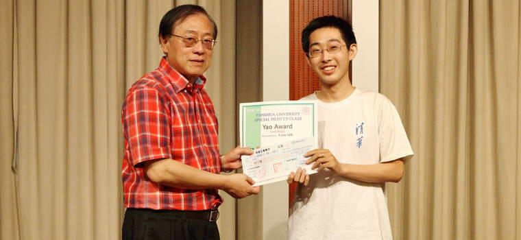 A student receives Yao Award.